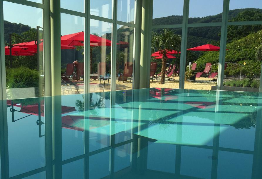 Hallenbad mit Panoramablick über die Außenanlage vom Moselstern Parkhotel Krähennest ins Moseltal.