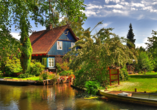 Schönes Spreewaldhaus mit blauer Fassade direkt am Kanal.