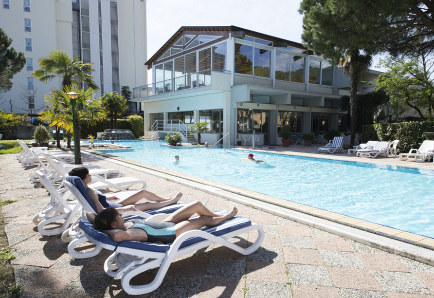 Hotel Terme Milano in Abano Terme, Außenpool mit Liegen
