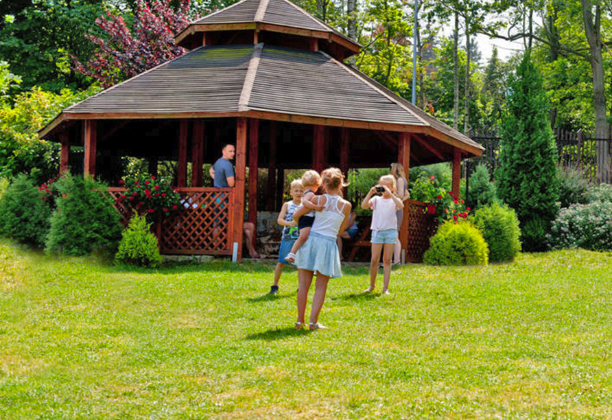 Hotel Sandra Spa Karpacz Riesengebirge Polen, Garten mit Pavillon