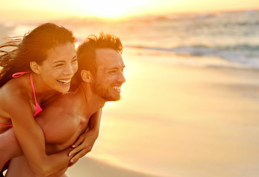 Busrundreise Temperamentvolles Andalusien, Paar am Strand