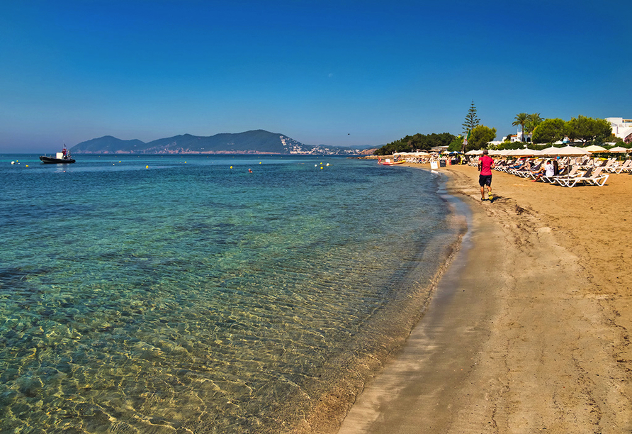 Hotel azuLine Coral Beach in Es Canar, Strand von Cala Martina