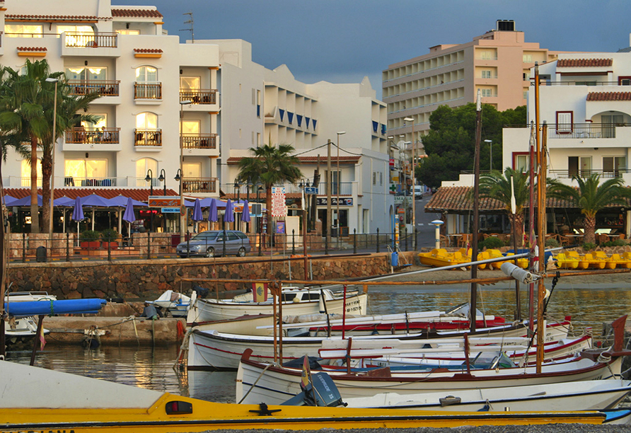 Hotel azuLine Coral Beach in Es Canar, Hafen