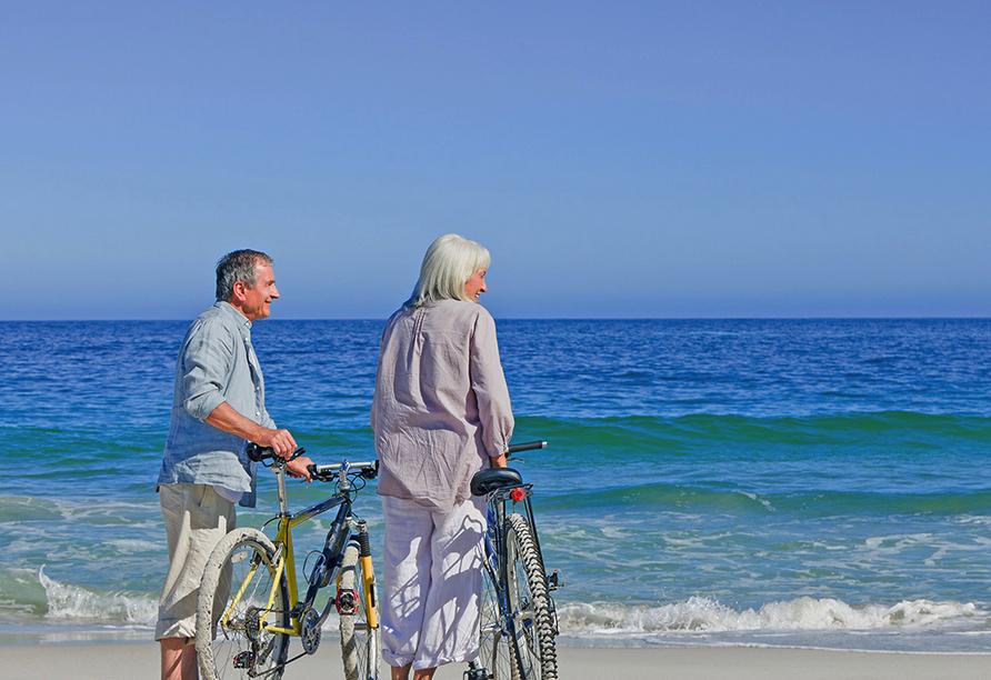 Parkhotel Am Glienberg, Paar mit Fahrrad am Strand