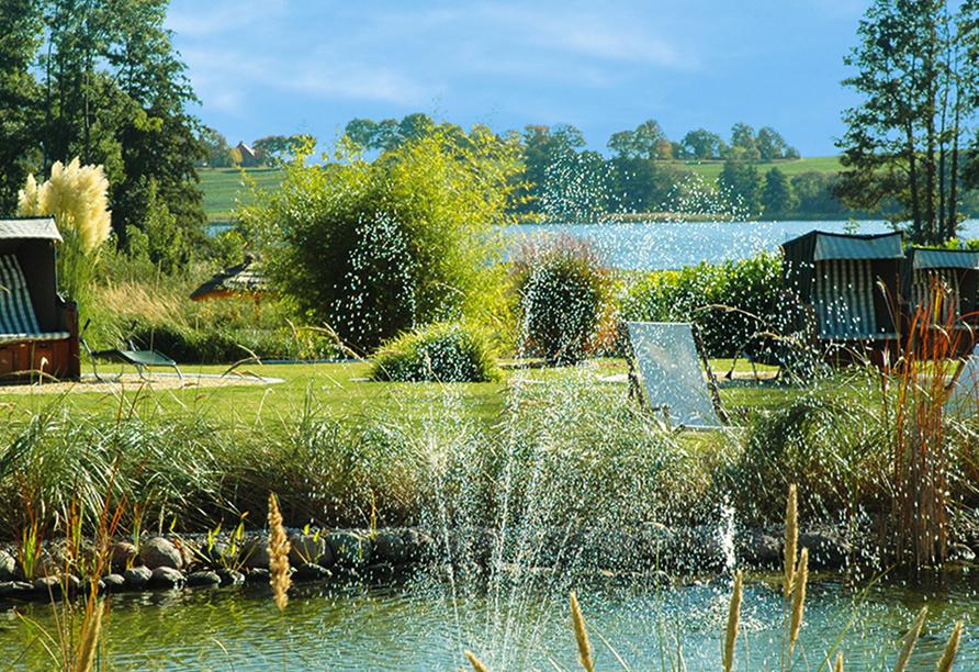 Alago Hotel am See in Cambs im Schweriner Seenland, Gartenteich und See