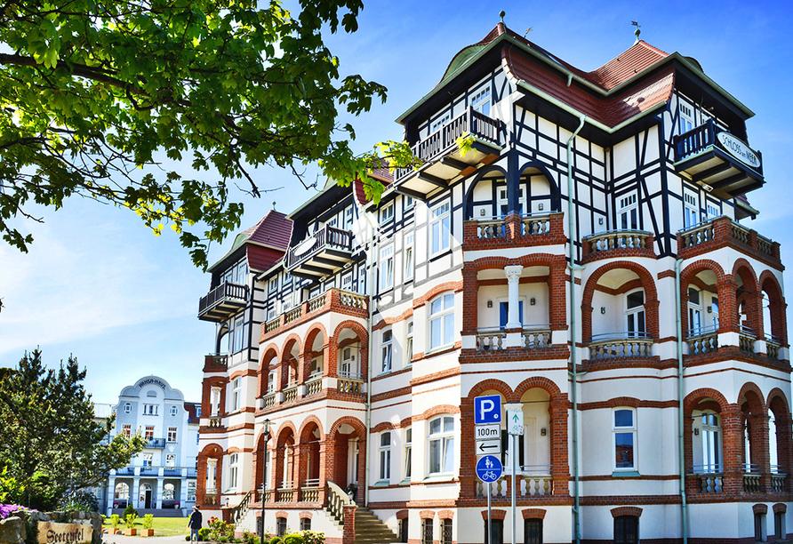 meergut HOTELS, Außenansicht im Sommer