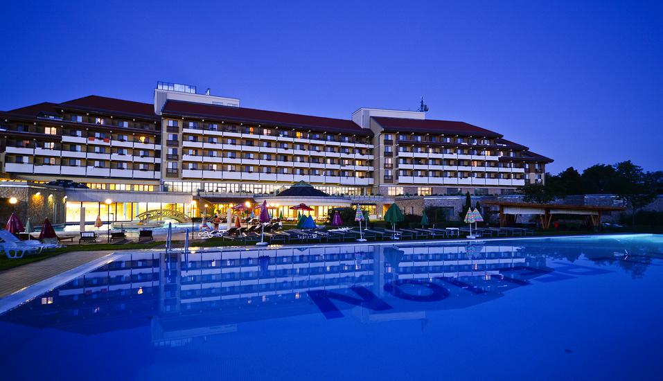 Hunguest Hotel Pelion in Tapolca, Außenansicht Nacht