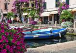 Schlendern Sie über die Promenade von Limone sul Garda.