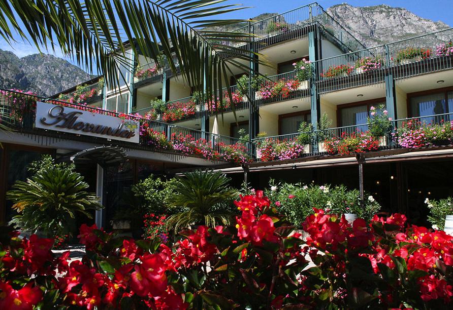 Blühender Garten des Hotels Alexander