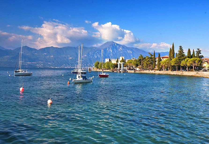 Erkunden Sie den Gardasee bei einer Fahrt mit einem Segelboot.