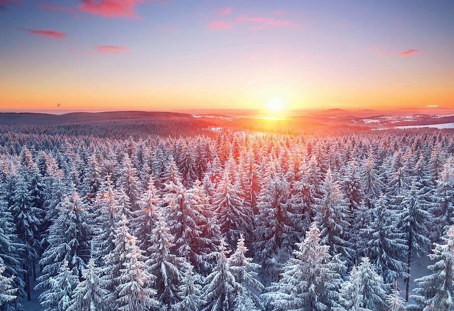 Berghotel Mellenbach in Mellenbach, Thüringer Wald im Winter mit Sonnenuntergang