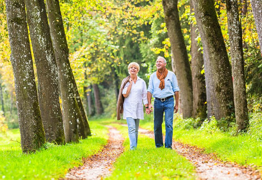 Hotel Lindenhof in Bad Lauchstädt, Paar beim Spaziergang im Sommer