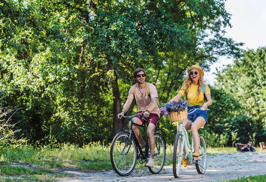 ACHAT Comfort Messe-Leipzig, Paar macht Radtour im Wald