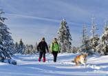 Hotel Rösslwirt in Lam, Paar bei Schneewanderung mit Hund