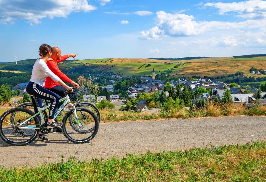 AHORN Hotel Am Fichtelberg in Oberwiesenthal, Mountainbiker mit Ausblick