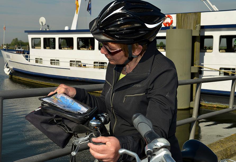 MS Serena, Radfahrerin liest Karte