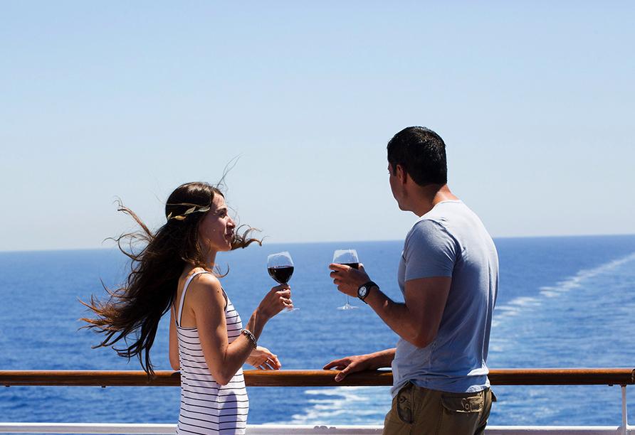 Celestyal Olympia, Paar trinkt Wein auf Schiff