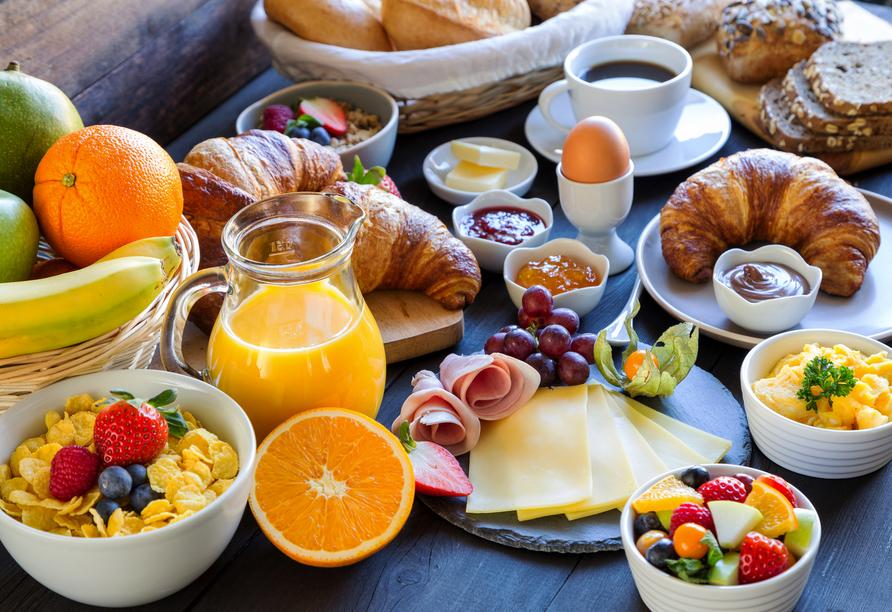 Starten Sie mit einem reichhaltigen Frühstück gut gestärkt in den Tag.