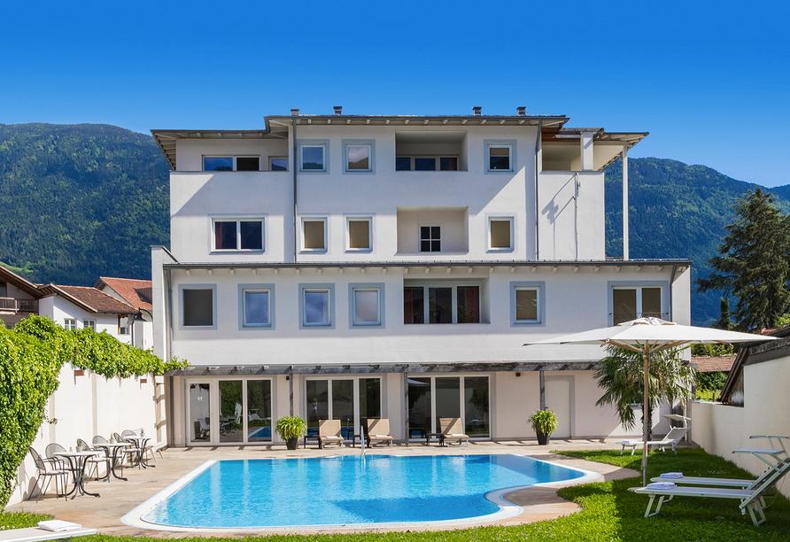 Hotel Teutschhaus in Kurtinig, Außenansicht mit Pool