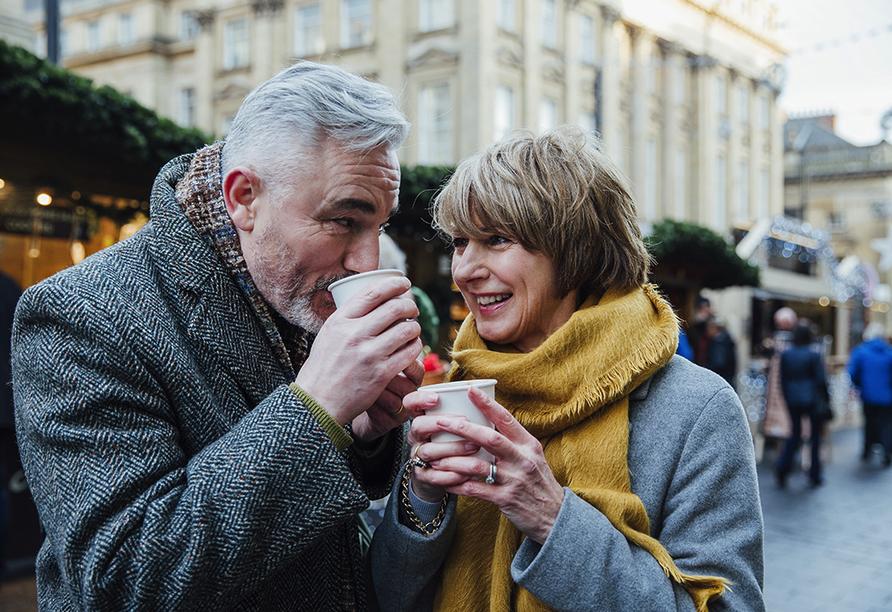 DCS Amethyst, Paar auf Weihnachtsmarkt