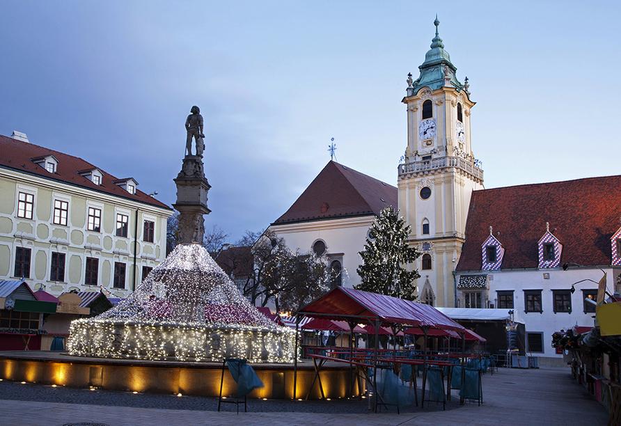 Besuchen Sie den märchenhaften Weihnachtsmarkt in Bratislava.