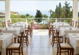 Das Restaurant bietet eine tolle Aussicht auf das Meer.