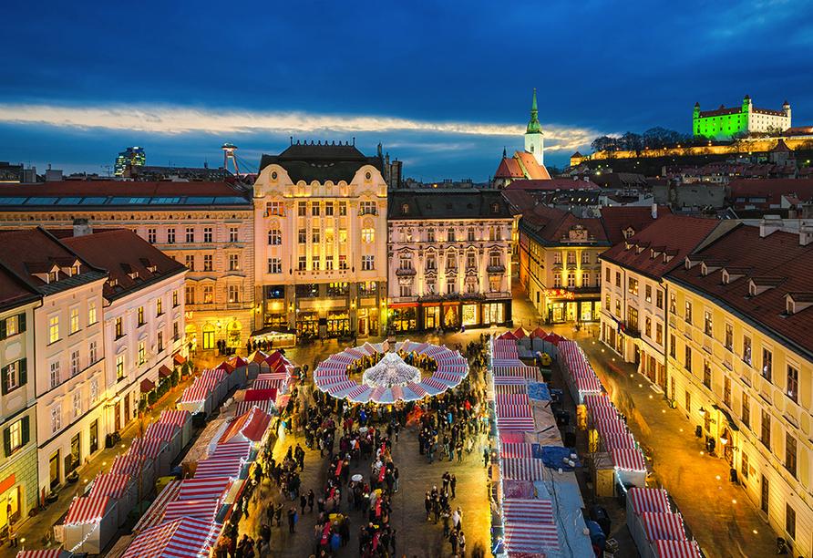 Besuchen Sie den traditionsreichen Weihnachtsmarkt in Bratislava.