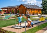 AHORN Hotel Am Fichtelberg im Oberwiesenthal, Familie beim Minigolf