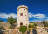 Hotel Hedera in Rabac in Kroatien, Turm auf Insel Cres