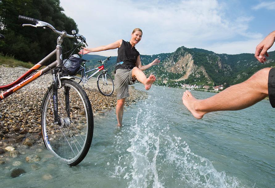 Donaureise, Radfahrer in der Donau