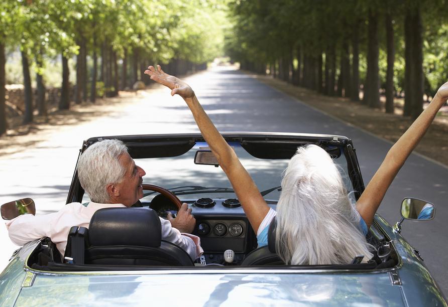 Rundreise Oberitalienische Seen, Paar im Auto