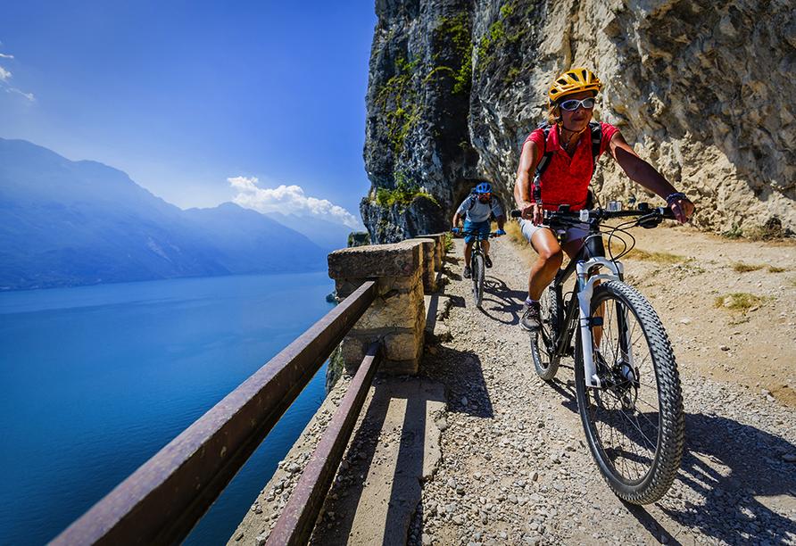 Rundreise Oberitalienische Seen, Mountainbiker am Gardasee