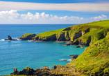 Bei einem Blick aufs Meer von den Klippen der Küste Cornwalls können Sie den Alltag vergessen.