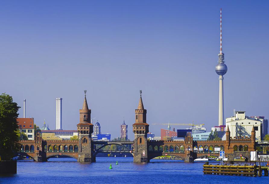 Blick auf Oberbaumbrücke in Berlin mit Fernsehturm rechts im Bild