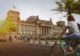 Fahrradfahrerin vor Reichstag in Berlin
