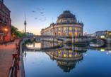 Museumsinsel in berlin bei abendlicher Beleuchtung