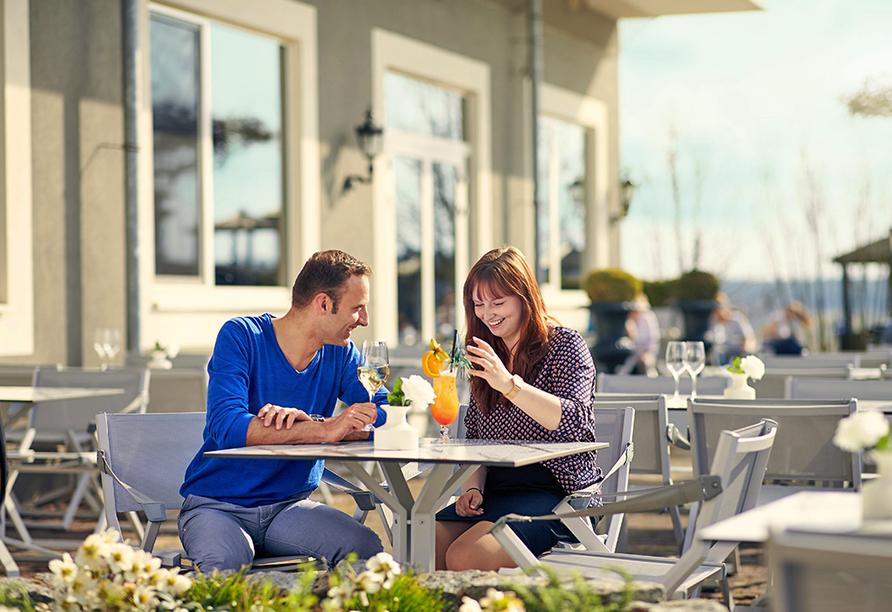 Van der Valk Resort Linstow, Paar auf der Terrasse
