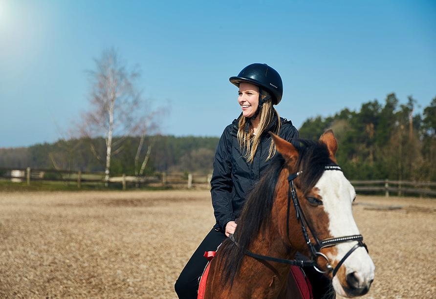Van der Valk Resort Linstow, Frau auf Pferd