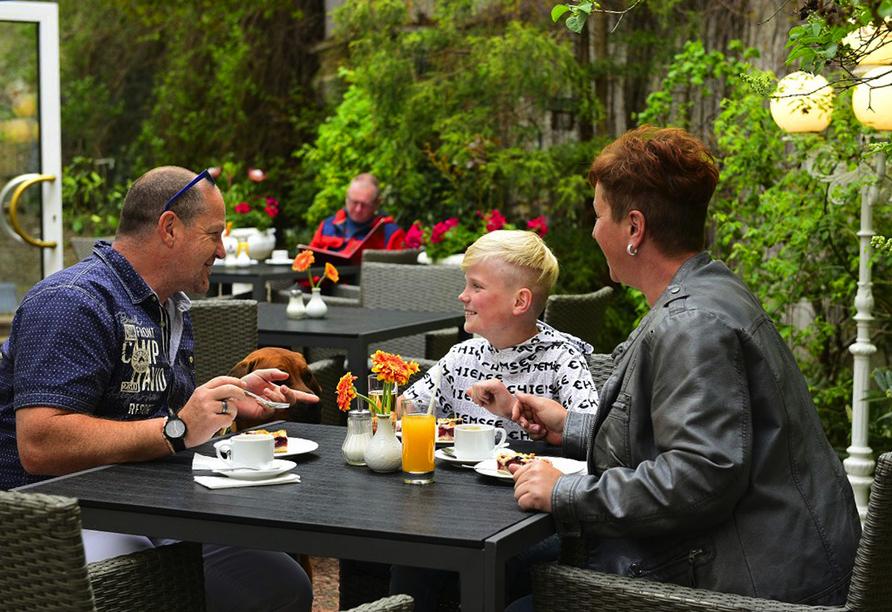 Hotel Alexandra in Plauen im Vogtland & Erzgebirge, Familie beim Kafeetrinken