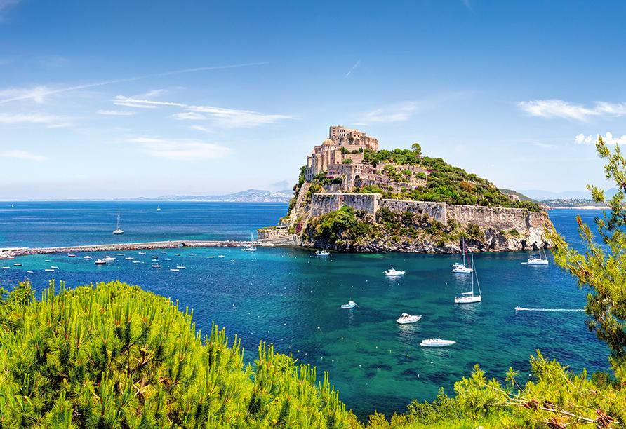 Besuchen Sie das beeindruckende Castello Aragonese.