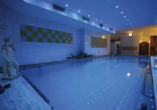 Ziehen Sie im Hallenbad mit Thermalwasser Ihre Bahnen.