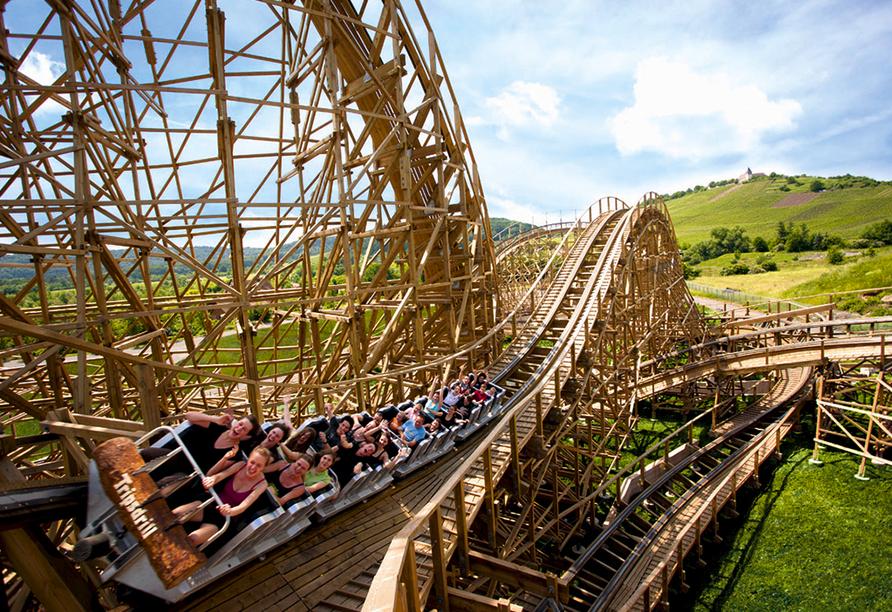 Die Achterbahn Mammut im Erlebnispark Tripsdrill ist eindrucksvolle 30 Meter hoch.