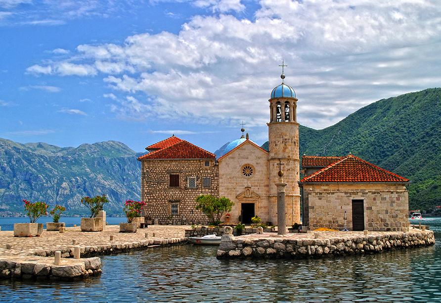 Per Schiff fahren Sie zu der Klosterinsel Maria am Felsen.