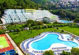 Genießen Sie die Sonne an einem der Pools im Hotelkomplex Maslinica Hotels & Resorts.