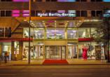 Der Eingangsbereich vom Hotel Berlin, Berlin bei abendlicher Beleuchtung.