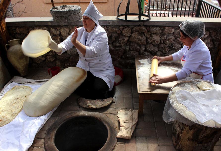 Bestaunen Sie die Herstellung von Lavash, einem ungesäuerten Fladenbrot.