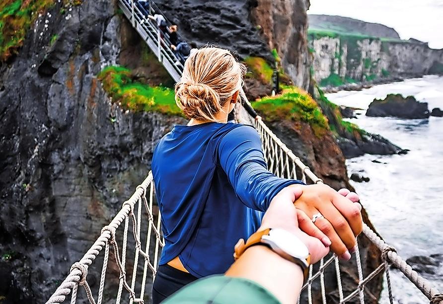 Die Hängebrücke ist übrigens die einzige Verbindung von der Insel zum Festland.