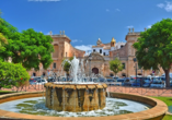 Schlendern Sie in aller Ruhe über den Placa des Born in Ciutadella de Menorca.