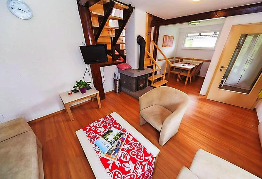 Beispiel eines Wohnzimmers mit Kamin im Ferienwohnpark Silbersee