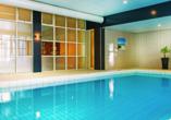 Ziehen Sie Ihre Bahnen im Hallenbad des Hotel Golden Tulip Ampt van Nijkerk.